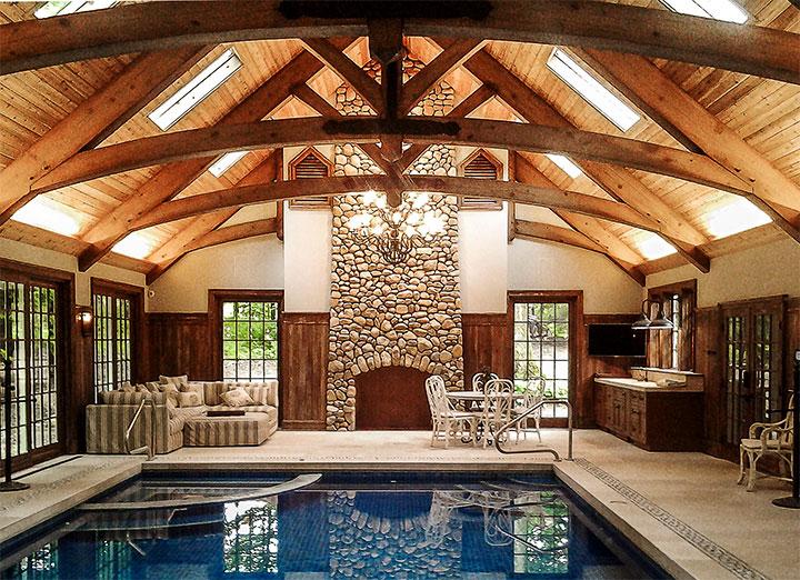 Комната отдыха с бассейном в стиле фахверк