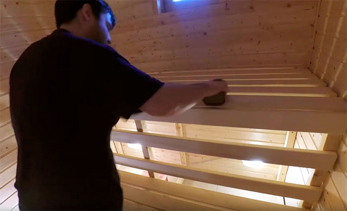 Шлифовка досок наждачной бумагой