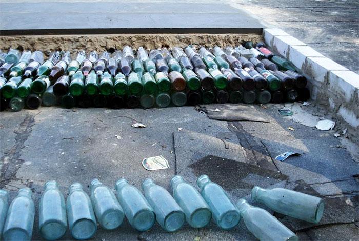 Пол из стеклянных бутылок