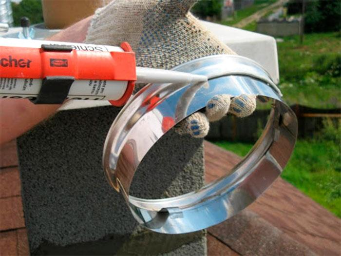 Обработка герметиком деталей дымохода