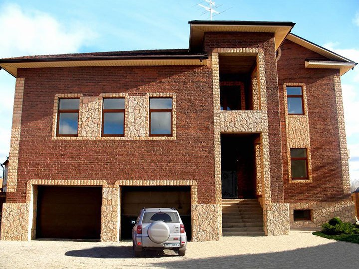 Частный дом с двумя гаражами