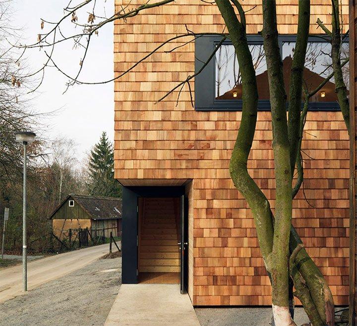 Фасад из деревянной черепицы