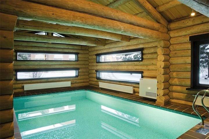 Бревенчатая баня с бассейном