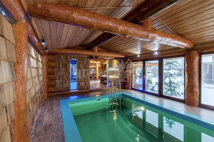 Баня из бревна с бассейном и панорамными окнами