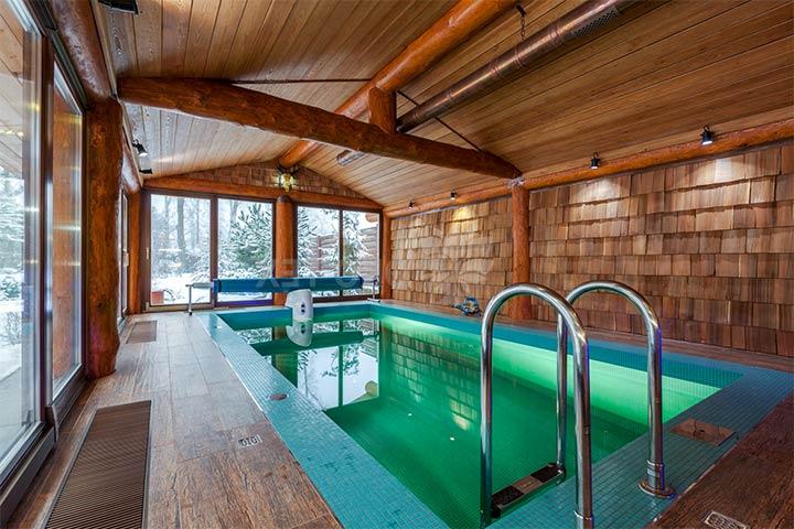 Комната с бассейном в стиле фахверк