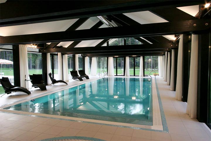 Комната в стиле фахверк с бассейном