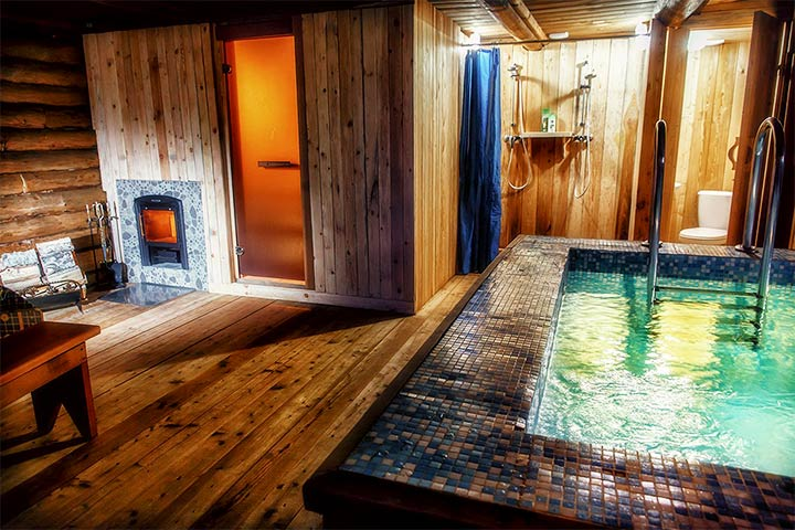 Маленькая баня с квадратным бассейном