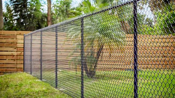 Забор из сетки-рабицы между участками