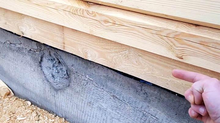 Монтаж первого венца постройки из бруса