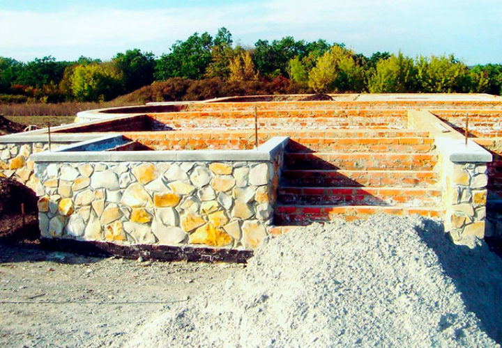 Основание дома из бутового камня
