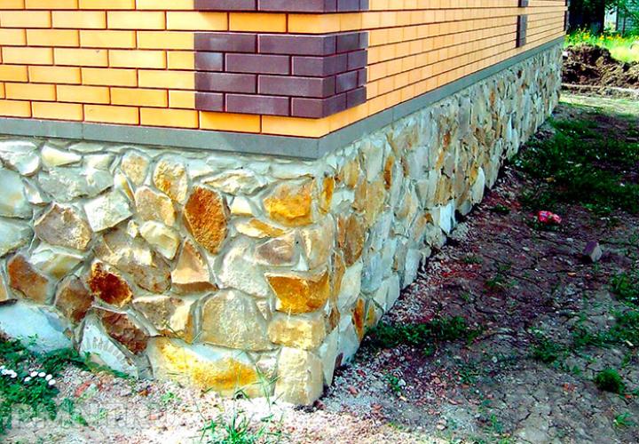 Основание дома из природного камня